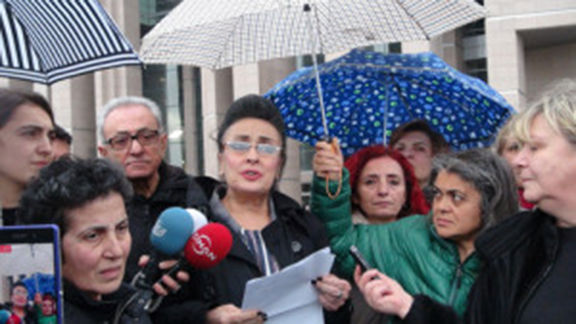 Kucuk's family lawyer Eren Keskin speaking to reporters (Source: Haberler)