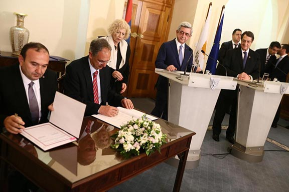 Cypriot Education Minister Costas Kadis, and Armenian Education minister Levon Mkrtchyan signing an agreement. (Source: Sigmalive)