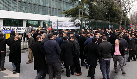 A crowd of Zaman and Today's Zaman journalists, readers, and supporters gathered outside Zaman headquarters earlier. (Source: DHA)