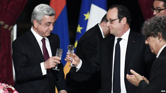 French President Francois Hollande (right) and Armenian President Serge Sarkissian (L) raise their glasses during a state dinner at the Elysee Palace in Paris