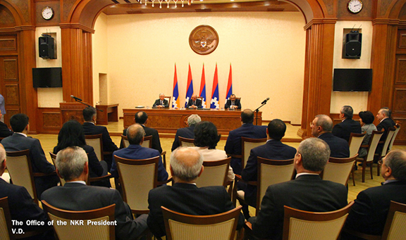 Armenian Foreign Minister Edward Nalbandian, Artsakh President Bako Sahakian and Artsakh Foreign Minister Karen Mirzoyan speak to Armenian and Artsakh officials (Photo: Office of the Artsakh Republic President)