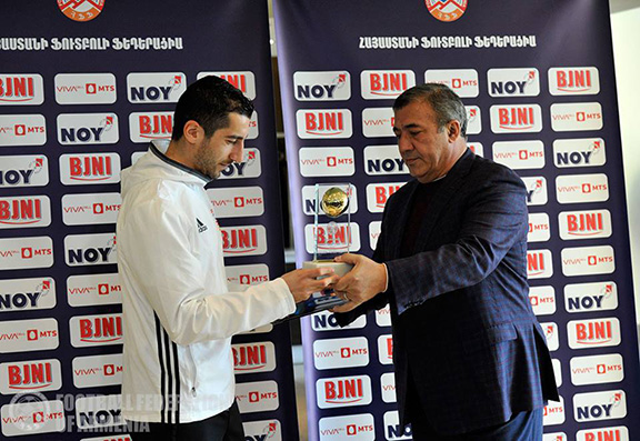 Henrikh Mkhitaryan receives Armenia's 2016 Best Football Player award on March 24, 2017. (Photo: Football Federation of Armenia)