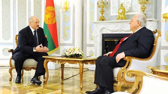 Belarusian President Alexander Lukashenko (left) meets with Armenian Ambassador Armen Khachatryan on March 28, 2017 in Minsk (Photo: President of the Republic of Belarus)
