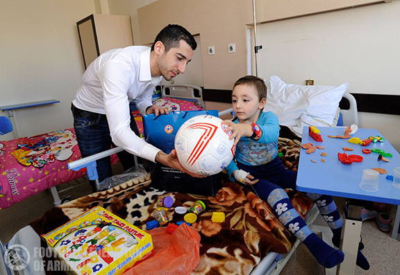 Mkhitaryan gifted children of Yerevan's Hematology Center signed footballs, shirts and photos. (Photo: Football Federation of Armenia)