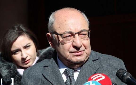 Opposition leader Vazgen Manukyan speaks to reporters