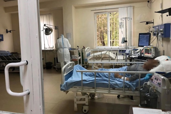 A COVID-19 patient and a medical staff at the intensive care unit of Surp Grigor Lusavorich Hospital in Yerevan (Health Ministry photo)