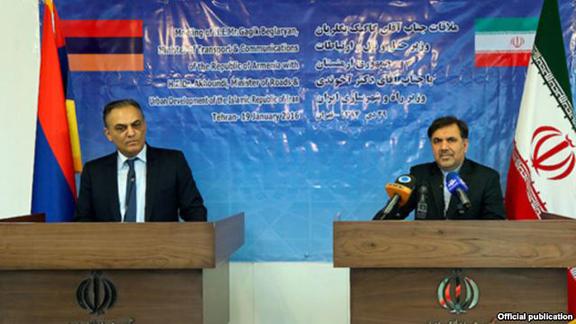 Iranian Roads and Urban Development Minister Abbas Akhoundi (R) and Armenian Transport Minister Gagik Beglarian at a news conference in Tehran on Jan. 20, 2016. (Source: RFE/RL)