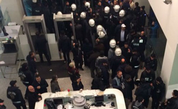 Police forcefully entering Zaman headrquarters. (Source: Today's Zaman)