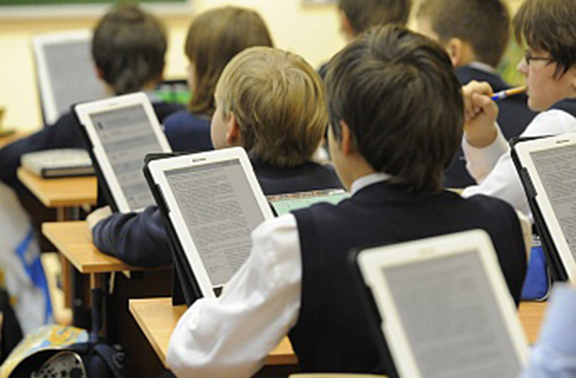 Students with Microsoft devices. (Source: Arka)