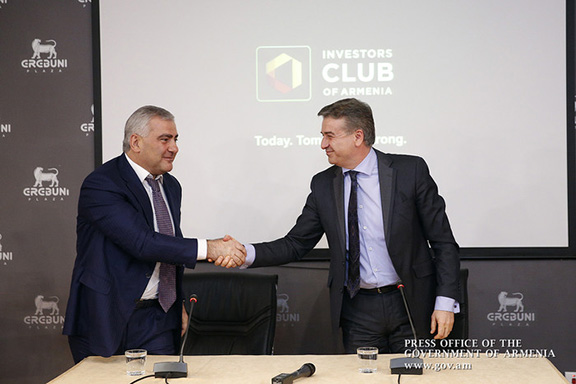 Prime Minister Karen Karapetian (right) meets with Russian-Armenian tycoon Samvel Karapetyan on March 25 in Yerevan. (Photo: Press Office of the Government of Armenia)
