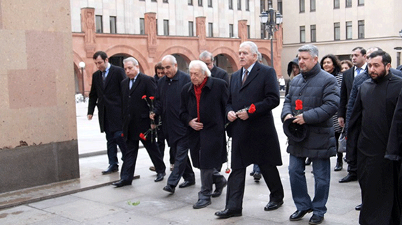 Armenian ambassador to Russia Oleg Yesayan takes part in commemoration of the innocent Sumgait Armenian massacre victims at the Armenian Apostolic Church in Moscow on Feb. 28, 2017 (Source: Panorama.am)