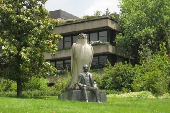 A scene of the foundation gardens. The statue was built based on a photo of Calouste Gulbenkian sitting in front of an ancient Egyptian god of Horus, during his visit to Egypt in the 1930s