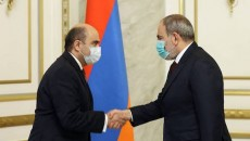 Bright Armenia Party leader Edmon Marukyan (left) with Prime Minister Nikol Pashinyan