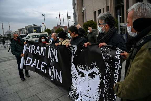 Dink supporters gather outside courthouse (AFP photo by Ozan Kose)